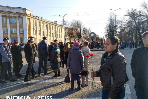 Руководитель организации ВОС г. Осинники перед обелиском победы
