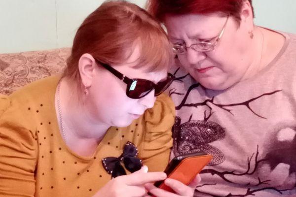 Парфенова Татьяна Ивановна осваивает телефон