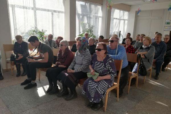 Зал с зрителями и служителем собора