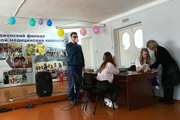 Леонтьев В.С. поёт в актовом зале перед студентами мед. колледжа