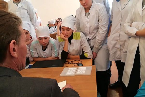 Шакиров Т.А. показывает студентам как писать шрифтом Брайля
