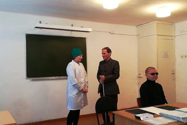 Шакиров Т.А. рассказывает студентам как правильно сопровождать незрячих
