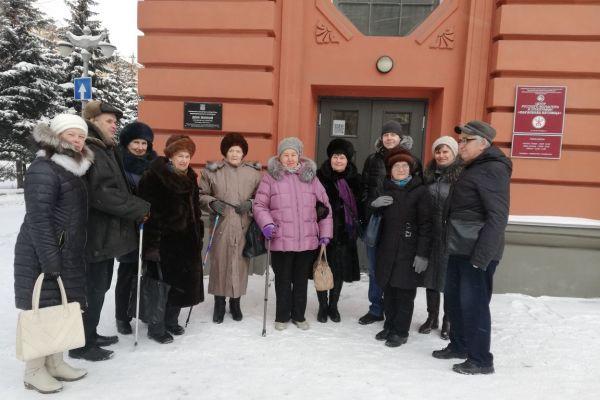 на фото члены ВОС около входа