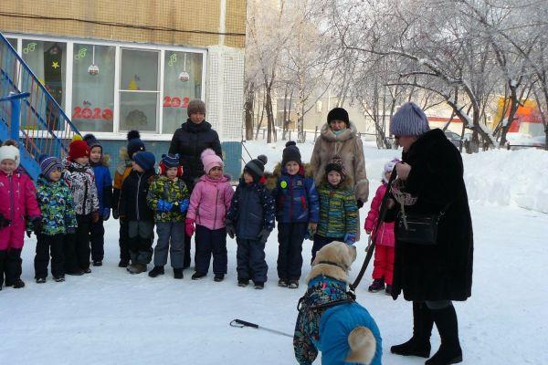 на фото Наталья Бушмакина с Аргусом и детьми