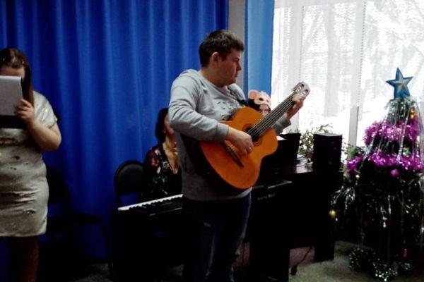 музыкальное исполнение на гитаре