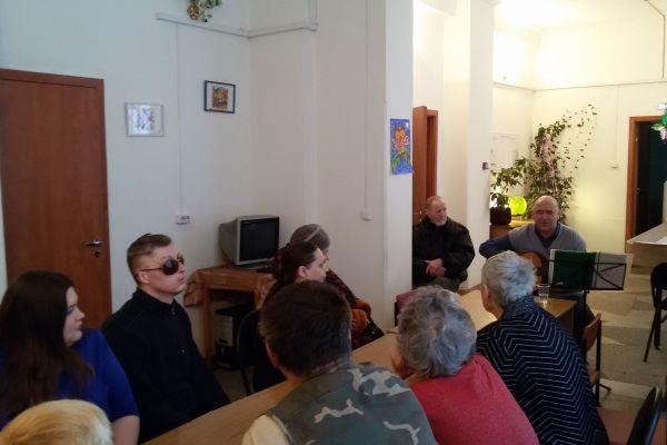Александр Бабарыкин исполняет песни