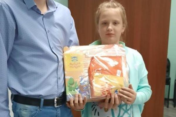 Вручение подарка школьнику