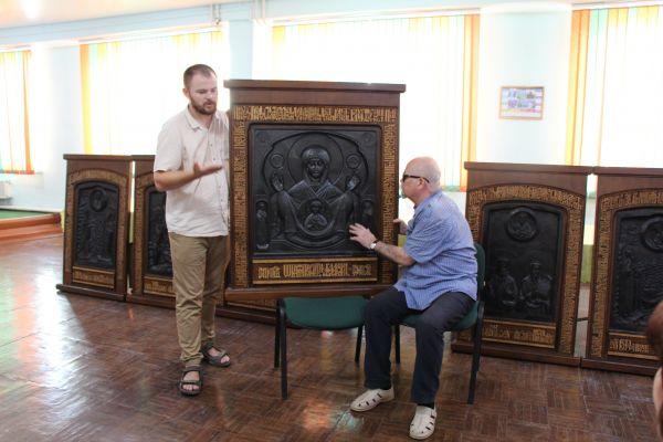 Выставка резных икон - на фото Галкин А.И.