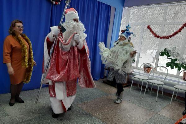 на фото Дед Мороз со Снегурочкой
