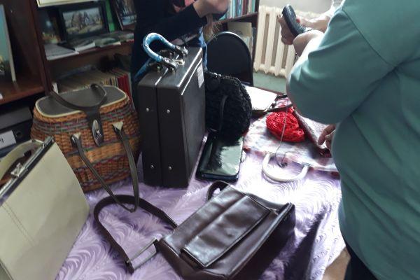на фото коллекция дамских сумочек
