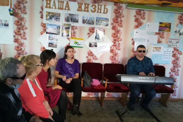 В.Леонтьев исполняет песню